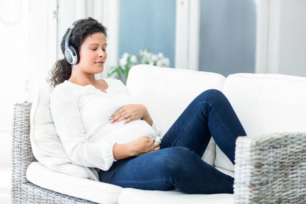 femme enceinte écouter musique reposante